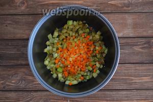 Выложить в чашу мелко нарезанные лук (1 луковицу) и морковь (1 штуку).