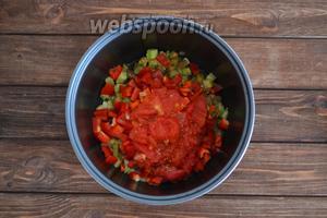 С 4 помидор снять кожицу, нарезать мелко или перемолоть мясорубкой, выложить в чашу.