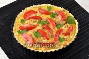 Заполнить корзинку из теста начинкой. Сверху разложить порезанные помидоры (60 г) и петрушку (5 г).