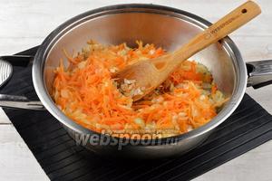 Лук (120 г) и морковь (100 г) очистить. Лук нарезать кубиками, а морковь натереть на крупной тёрке. Тушить лук и морковь на подсолнечном масле (4 ст. л.) 5 минут.