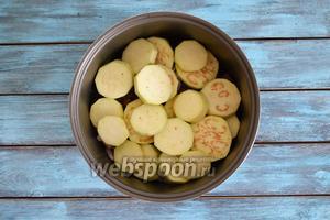 Баклажаны (2 штуки) очистить, нарезать кружочками, залить водой, обильно посолить и оставить на 20 минут. Слить воду и выложить поверх мяса.