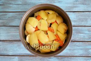 2 перца помыть, очистить от семян и плодоножки, крупно нарезать и выложить в чашу.