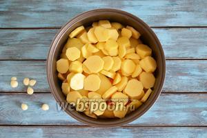 5 картофелин очистить, нарезать кольцами, посолить и выложить сверх перца. Добавить 3 зубчика очищенного чеснока.