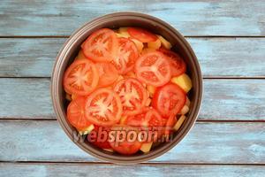 4 помидора помыть и нарезать тонкими кольцами и выложить на картофель.