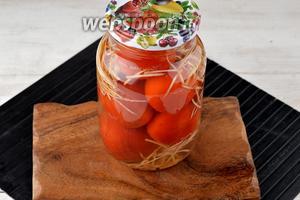 Залить помидоры кипящей водой, прикрыть крышкой и оставить на 15 минут.