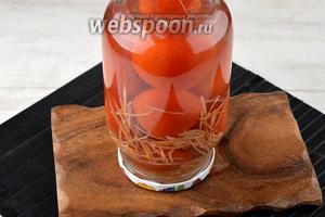 Воду из помидоров слить и сразу залить в банку кипящий маринад. Закрыть крышку. Перевернуть вверх дном, укутать одеялом. Оставить до полного остывания.