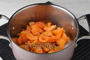 Абрикосы (1 кг) вымыть, разрезать пополам, удалить косточку. Каждую половинку абрикос разрезать на 3-4 части.