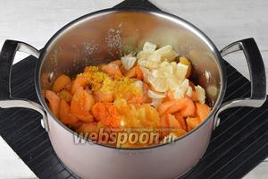Апельсин (1 шт.) и лимон (1 половинка) вымыть, протереть насухо. Снять с цитрусовых цедру на тёрке, белую прослойку удалить, а мякоть нарезать небольшими кусочками. Добавить цедру и мякоть цитрусовых к абрикосам.