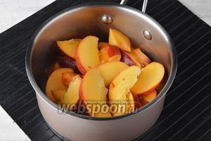 Нектарины (500 г) помыть и высушить. Разрезать плоды пополам, удалить косточку, а мякоть нарезать дольками, толщиной  0,5-0,7 сантиметров.