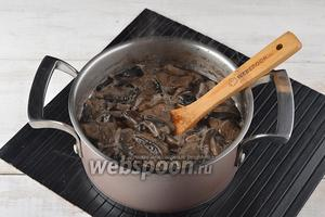 Грибы (300 г) очистить, порезать и отварить до готовности. Откинуть на дуршлаг, дать хорошо стечь отвару.