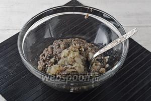Пропустить остывшие грибы, вместе с очищенным луком (50 г), через мясорубку.