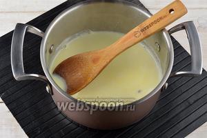 Довести молоко (250 мл) до кипения, снять с огня и добавить 0,5  ч. л. пасты из куркумы. Хорошо перемешать. На этом этапе можно ввести в напиток мёд по желанию.