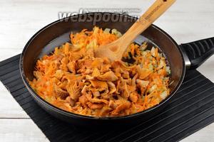 Добавить лисички к овощам и тушить 5-6 минут.