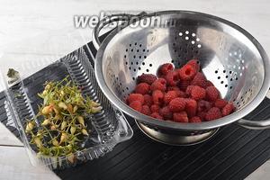 Малину (200 г) перебрать, очистить от плодоножек и чашелистков.