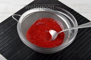Протереть полученное пюре через мелкое сито в миску.