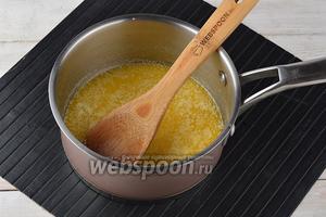Масло (100 г) растопить и дать остыть до комнатной температуры.