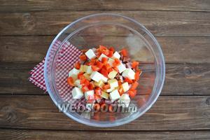 1 перец помыть, очистить от плодоножки и семян. Нарезать небольшим кубиком.