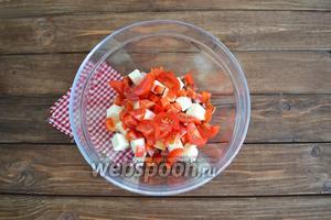 Помыть помидоры черри (5 штук) и нарезать дольками.