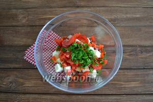 Помыть зелень (по 2 ветки петрушки и укропа), обсушить салфетками, мелко нарезать.