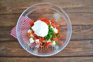 Все ингредиенты соединить, добавить сметану (4 ст. л.) и соль (5 г).