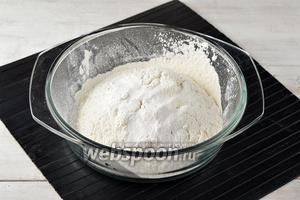 Просеять пшеничную муку (220 г) с разрыхлителем (1 ч. л.).