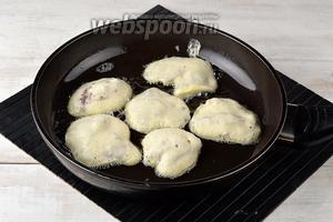 В толстостенной сковороде разогреть достаточное количество подсолнечного масла. Обжарить печень с обеих сторон по несколько минут до золотистого цвета. Не пережарьте печень, чтобы она не стала жёсткой.