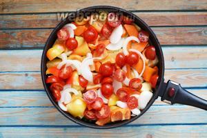 Помидоры помыть и нарезать половинками (если большие помидоры — дольками). Выложить к остальным овощам.