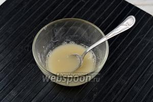 Агар-агар (5 г) залить тёплой водой (100 мл) и оставить на 15 минут.