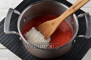 В толстостенной кастрюле соединить клубничное пюре и сахар (120 г). Довести, помешивая, до кипения и варить на небольшом огне 2 минуты.