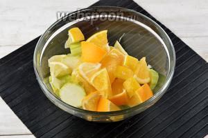 1 кг кабачков вымыть, очистить от кожуры. Если кабачки немолодые — удалить семена. Апельсин и лимон ошпарить кипятком и вытереть насухо. Нарезать кабачки, апельсин и лимон кусочками.