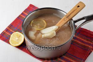Соединить грушевое пюре, сироп, остальную грушу, нарезанную дольками. 1/3 лимона нарезать тонкими кружками, а из остального выжать сок. Добавить лимонный сок и кружки лимона в смесь.