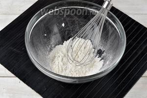 Для кляра соединить соль (0,75 ч. л.), перец (0,1 ч. л.), муку (8 ст. л.). Перемешать.