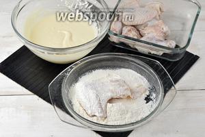 Крылышки посыпать солью (0,25 ч. л.), чёрным молотым перцем (0,1 ч. л.). Запанировать каждое крылышко в муке, а затем обмакнуть в кляр.