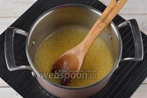 Поместить крупу и воду (200 мл) в кастрюлю. Довести до кипения и готовить, помешивая, 3-4 минуты.