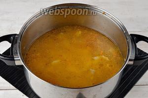 Поместить овощную смесь в кастрюлю, добавить очищенный и нарезанный кубиками картофель (3 штуки). Залить водой таким образом, чтобы она только покрывала овощи. Довести до кипения и готовить под крышкой на огне ниже среднего 15 минут.