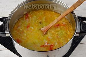 Молоко (200 мл) довести до кипения и влить в кипящие щи. Добавить соль (1 ст. л.). Довести до кипения и готовить 1 минуту.