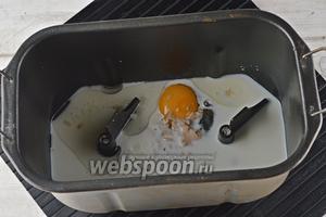 В чашу хлебопечки выложить тёплое (36°С) молоко, сахар (100 г), 2 яйца, подсолнечное масло (4 ст. л.), раскрошенные дрожжи (20 г).