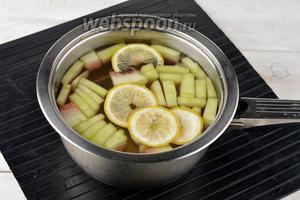 В кастрюлю налить 1 литр воды. Арбузные корки очистить от твёрдой зелёной кожицы, порезать полосками. Выложить в кастрюлю 100 г корок. Лимон (0,3 шт.) порезать тонкими кружками и также выложить в кастрюлю.
