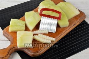 Очистить арбузные корки (500 г) от жёсткой зелёной части и розовой мякоти. Нарезать корки кусочками. Если вы хотите, чтобы мармелад был красивым, воспользуйтесь при нарезке фигурным ножом.