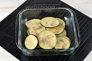 Поместить баклажаны в миску, посыпать солью (1 ч. л.), чёрным молотым перцем (0,2 ч. л.), полить подсолнечным маслом (2 ст. л.) и хорошо перемешать.