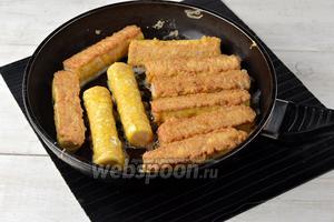 Обжарить трубочки со всех сторон до золотистого цвета на горячей сковороде с подсолнечным маслом (4 ст. л.).