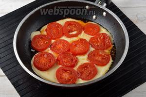 Дальше помидоры подвинуть немного в сторонку. На сковороду выложить 150 г Сулугуни, а сверху — помидоры. Жарить 2-3 минуты, пока сыр не расплавится.