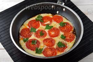 Приправить сверху 1 щепоткой соли и перца, украсить петрушкой (5 г) и подавать в горячем виде.