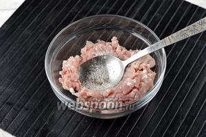 Пока варится суп, приготовить фрикадельки: 200 г фарша соединить с солью (0,5 ч. л.) и чёрным молотым перцем (1 щепотка). Хорошо вымесить.