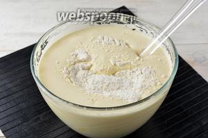 Аккуратно, кулинарной лопаткой, порциями вмешать просеянную с содой (0,5 ч. л.) муку (160 г).