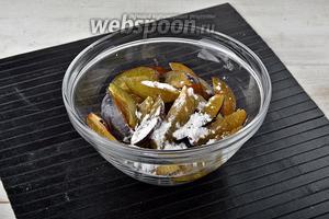 Сливы (300 г) вымыть, удалить косточки, нарезать полосками. Соединить сливы и картофельный крахмал (1 ст. л.). Перемешать.