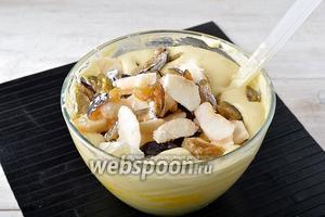 Вмешать подготовленные фрукты и корицу (1 ч. л.) в тесто.