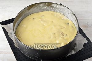 Форму диаметром 22 сантиметра выложить кулинарной бумагой. Смазать дно и стенки сливочным маслом (1 ст. л.) и посыпать мукой (1 ст. л.). Выложить тесто в подготовленную форму.