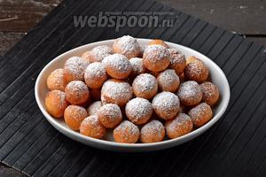 Готовые шарики посыпать сверху сахарной пудрой (30 г).