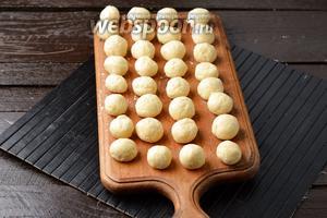 Руки смазать небольшим количеством подсолнечного масла и скатать небольшие шарики (как половина грецкого ореха).